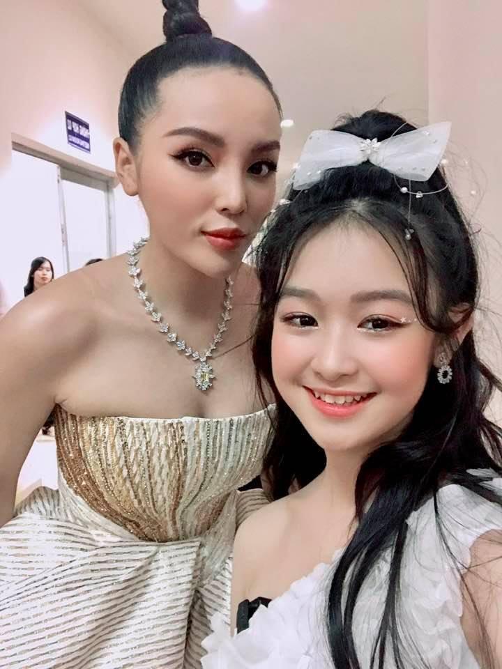 Danh tính không phải dạng vừa của bé gái chụp ảnh với loạt mỹ nhân Hoa hậu-5
