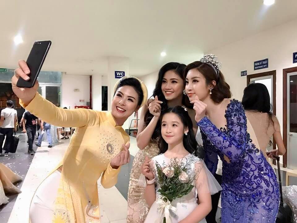 Danh tính không phải dạng vừa của bé gái chụp ảnh với loạt mỹ nhân Hoa hậu-2
