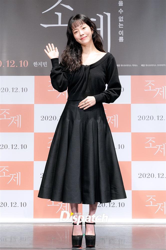Style sao Hàn tuần qua: Jisoo BLACKPINK đẹp đẳng cấp không kém hoa hậu Kim Sarang-5