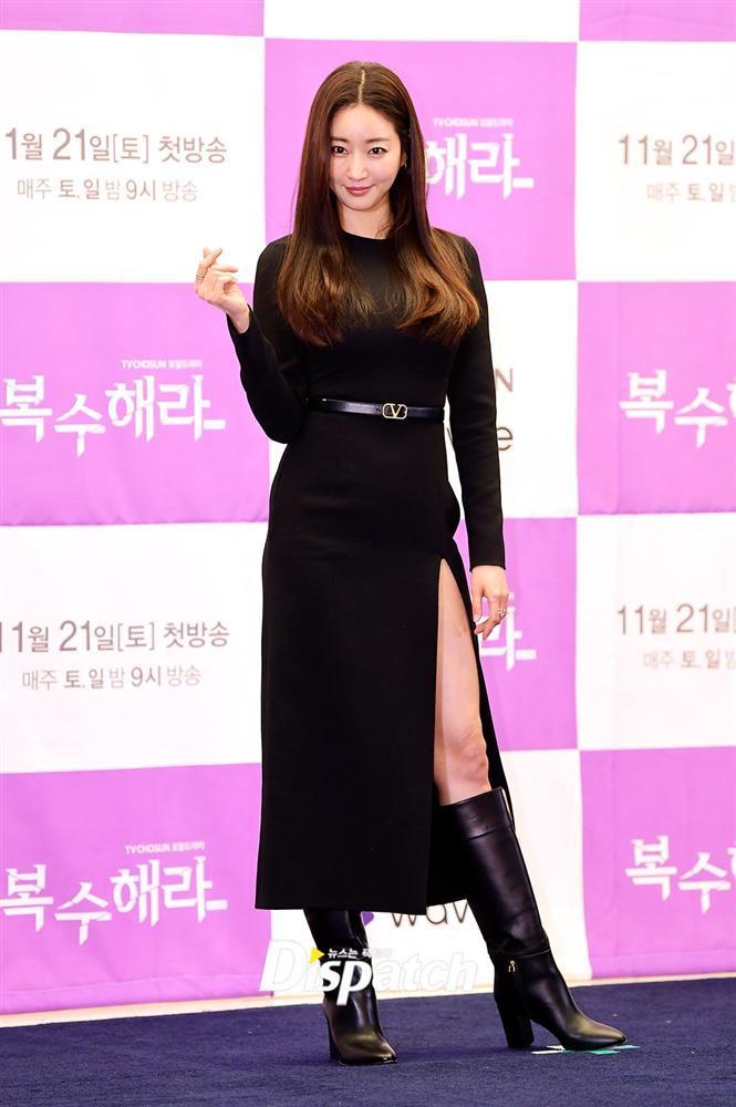 Style sao Hàn tuần qua: Jisoo BLACKPINK đẹp đẳng cấp không kém hoa hậu Kim Sarang-3