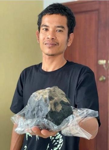 Sự thật về vụ thành triệu phú nhờ thiên thạch rơi vào nhà ở Indonesia-1