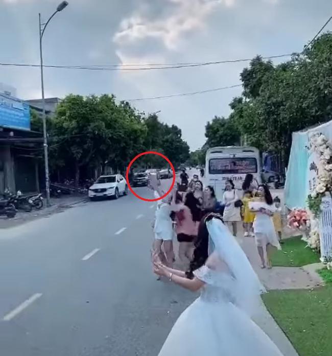 Màn tung hoa cưới nguy hiểm, cô dâu nhận rổ gạch đá-2