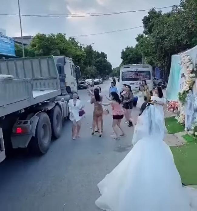 Màn tung hoa cưới nguy hiểm, cô dâu nhận rổ gạch đá-3