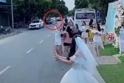 Màn tung hoa cưới nguy hiểm, cô dâu nhận 'rổ gạch đá'