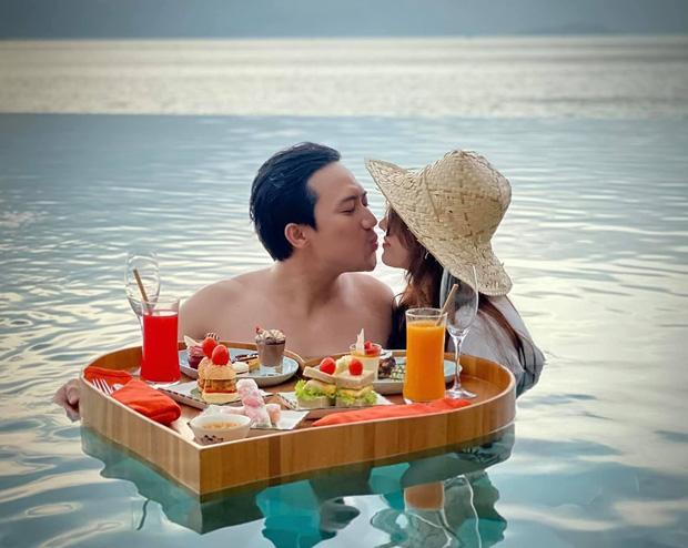 Trấn Thành khoe ảnh liên hoàn khóa môi với bà xã, biến chuyến du lịch thành nơi tung cẩu lương-1
