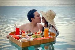 Trấn Thành khoe ảnh liên hoàn 'khóa môi' với bà xã, biến chuyến du lịch thành nơi tung 'cẩu lương'