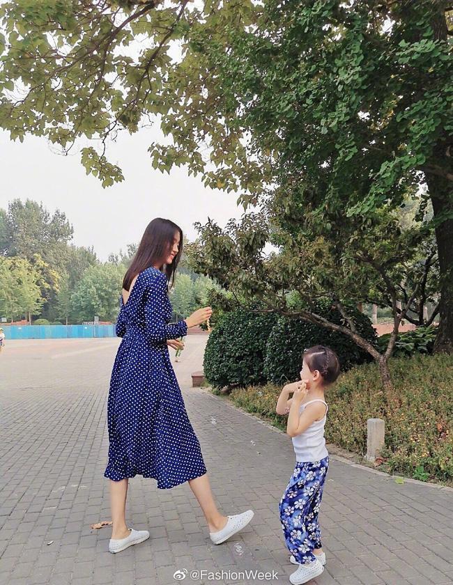 Hơn 4 tuổi đã sở hữu nhan sắc và chiều cao nổi bật, con gái Hoa hậu Thế giới Trương Tử Lâm leo top hot search-4