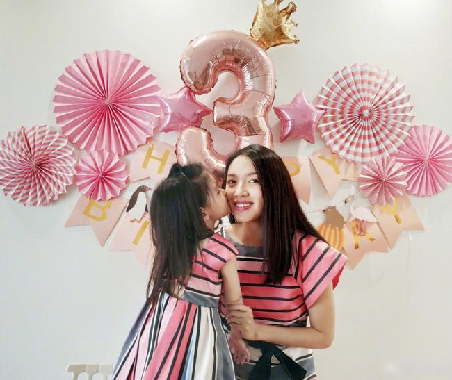 Hơn 4 tuổi đã sở hữu nhan sắc và chiều cao nổi bật, con gái Hoa hậu Thế giới Trương Tử Lâm leo top hot search-5