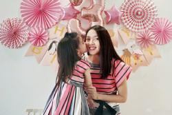 Hơn 4 tuổi đã sở hữu nhan sắc và chiều cao nổi bật, con gái Hoa hậu Thế giới Trương Tử Lâm leo top hot search