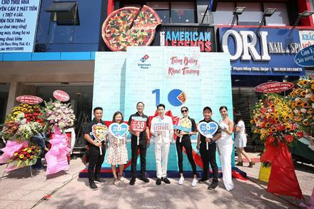 HLV Rap Việt Karik làm pizza tuyệt ngon tặng fan