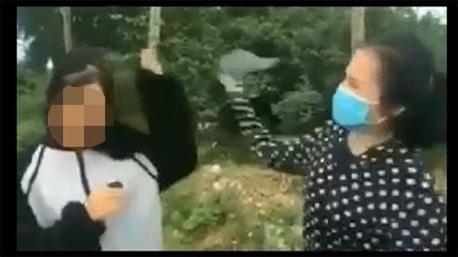 Nữ sinh lớp 12 bị bạn cầm mũ bảo hiểm đánh liên tiếp vào đầu, bắt quỳ gối xin lỗi-1