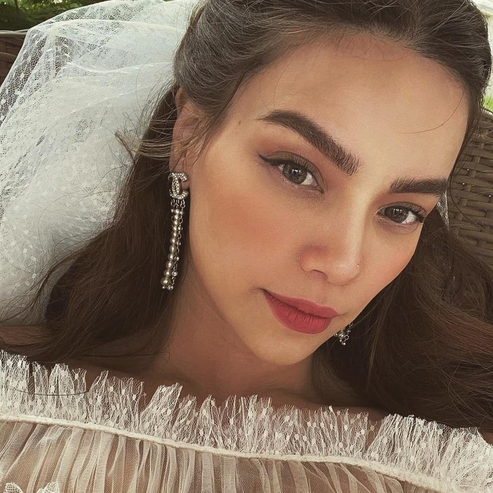 Tái xuất sau sinh: Hà Hồ diện váy cô dâu, Đàm Thu Trang mặc đầm trắng chặt chém không kém-1