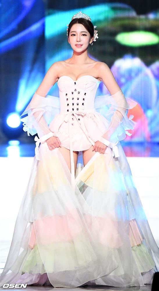 BlackPink diện Hanbok cách tân được khen ngợi, thí sinh Hoa hậu Hàn Quốc bị chê hở ngực phản cảm-5