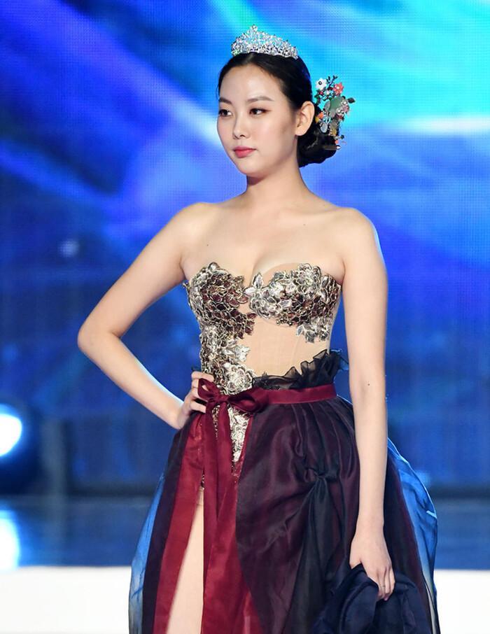 BlackPink diện Hanbok cách tân được khen ngợi, thí sinh Hoa hậu Hàn Quốc bị chê hở ngực phản cảm-7