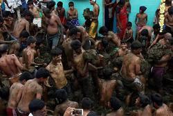 Lễ hội cởi trần ném bùn ở Ấn Độ