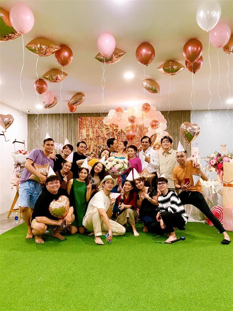 Đồng nghiệp để lộ vóc dáng thật của bà đẻ Hồ Ngọc Hà-1
