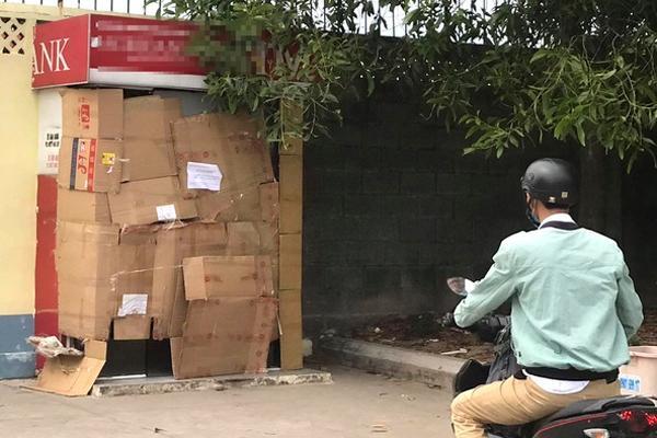 Người đàn ông bịt mặt, cưa trụ ATM trộm tiền-1