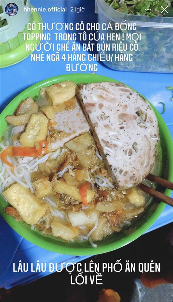 Đi ăn bún cá, HHen Niê được tiếp đón nồng nhiệt nhưng cách gọi của chủ quán khiến ai cũng bất ngờ-1