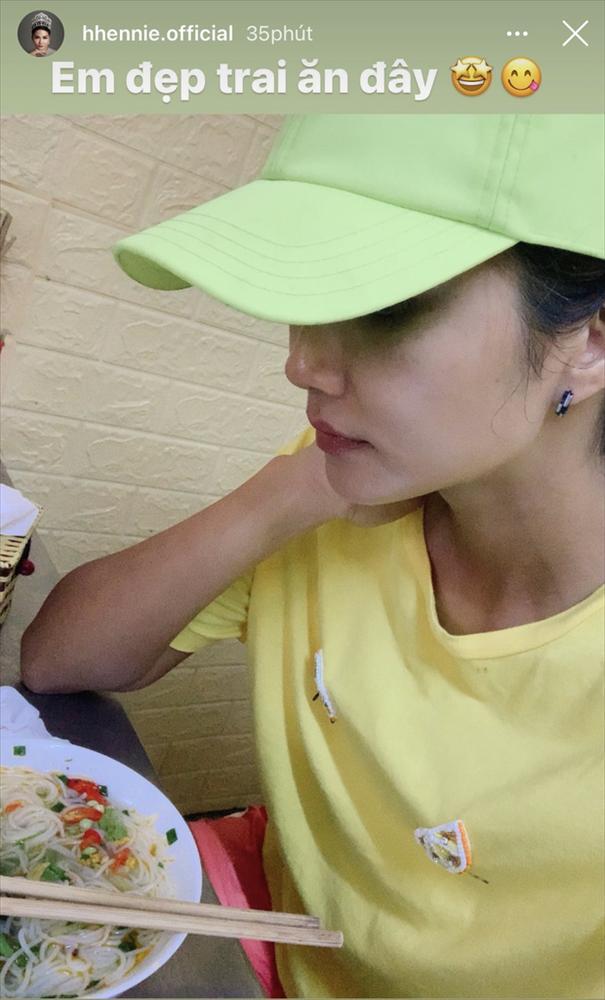 Đi ăn bún cá, HHen Niê được tiếp đón nồng nhiệt nhưng cách gọi của chủ quán khiến ai cũng bất ngờ-5