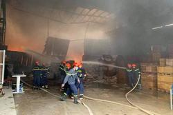 Kho hàng gần 1000m2 ở Nghệ An bất ngờ bùng cháy dữ dội