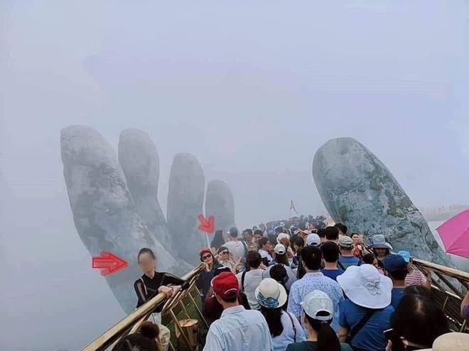 Du khách leo xuống khu vực bàn tay khổng lồ ở cầu Vàng chụp ảnh-2