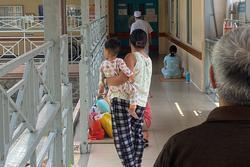 Bé gái 3 tuổi nghi bị mẹ đánh chảy máu não: Ăn đòn vì để phân dính dép