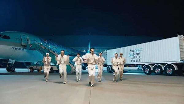 Giàu như BTS, thuê cả sân vân động Olympic giờ lại mang phi cơ làm đạo cụ diễn-1