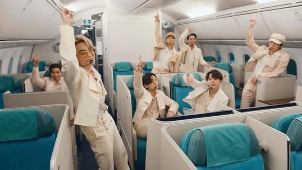 Giàu như BTS, thuê cả sân vân động Olympic giờ lại mang phi cơ làm đạo cụ diễn-2