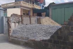 Lộ nguyên nhân làm đổ tường bao đè chết nữ sinh lớp 6 ở Thái Bình
