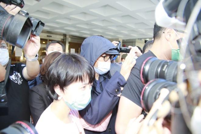 Châu Tinh Trì bị vây kín sau khi rời tòa án-2