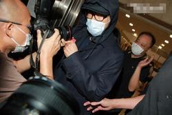 Châu Tinh Trì bị vây kín sau khi rời tòa án
