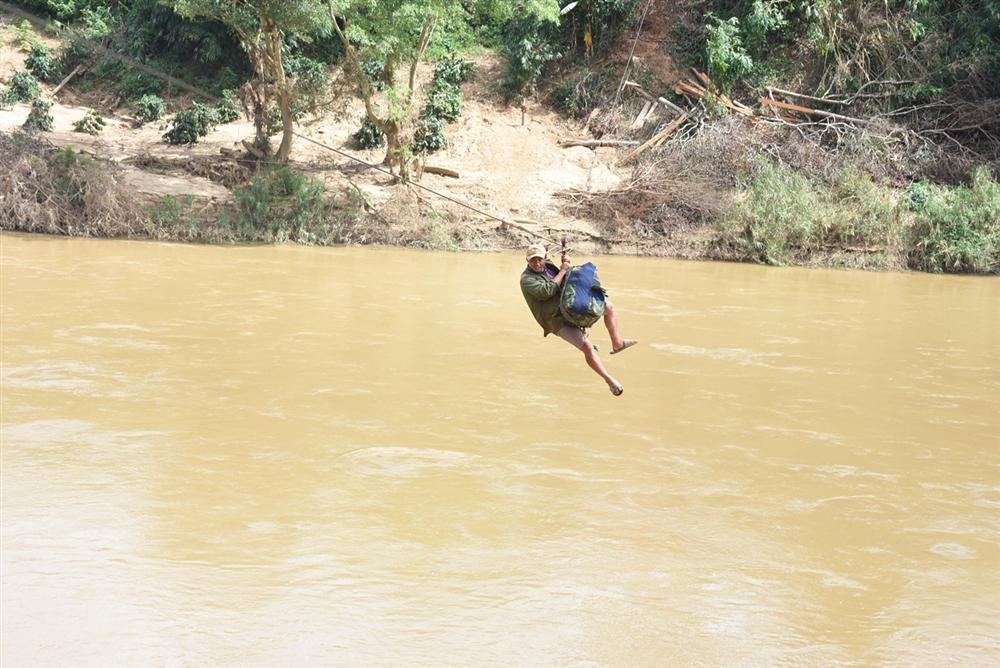Clip: Khoảnh khắc người dân Kon Tum đu dây qua sông Pô Kô như Tôn Ngộ Không-1