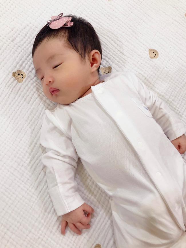 Đông Nhi chính thức khoe cận cảnh gương mặt của con gái đầu lòng-1