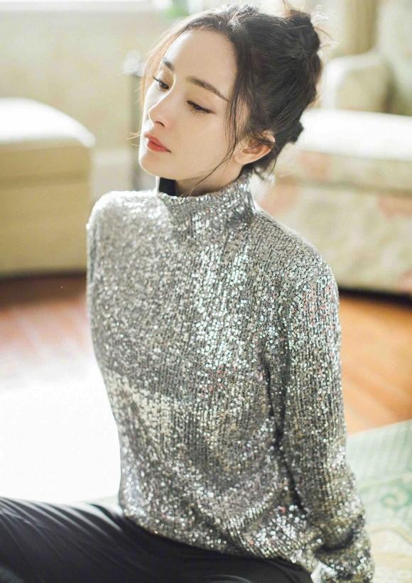 Dương Mịch gây sốt khi đeo khẩu trang kim cương, nhan sắc trong suốt như pha lê-4