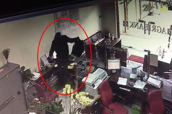 Clip: Kẻ bịt mặt, cầm hung khí đại náo ngân hàng ở Đồng Nai, đe dọa nhân viên lựu đạn đây-1