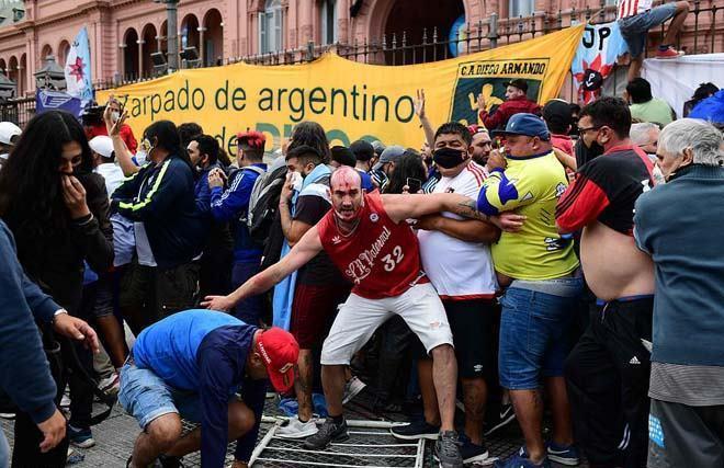 Đám tang huyền thoại bóng đá Diego Maradona: Tiếc thương hóa bạo động-4