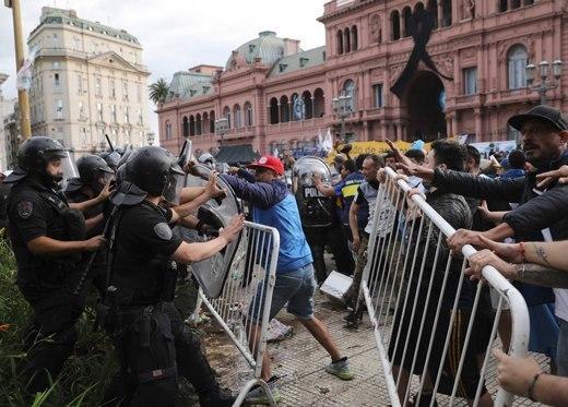 Đám tang huyền thoại bóng đá Diego Maradona: Tiếc thương hóa bạo động-6
