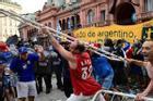 Đám tang huyền thoại bóng đá Diego Maradona: Tiếc thương hóa bạo động