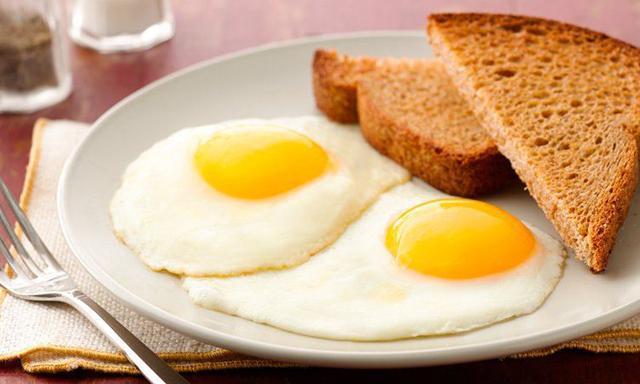 Thêm một bước trước khi làm trứng ốp la, trứng luôn tròn mà không bị dính chảo-1