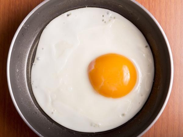 Thêm một bước trước khi làm trứng ốp la, trứng luôn tròn mà không bị dính chảo-4