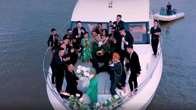 Choáng ngợp màn cầu hôn trên du thuyền triệu đô ở TP. HCM, nhẫn kim cương cũng giá tiền tỷ-1