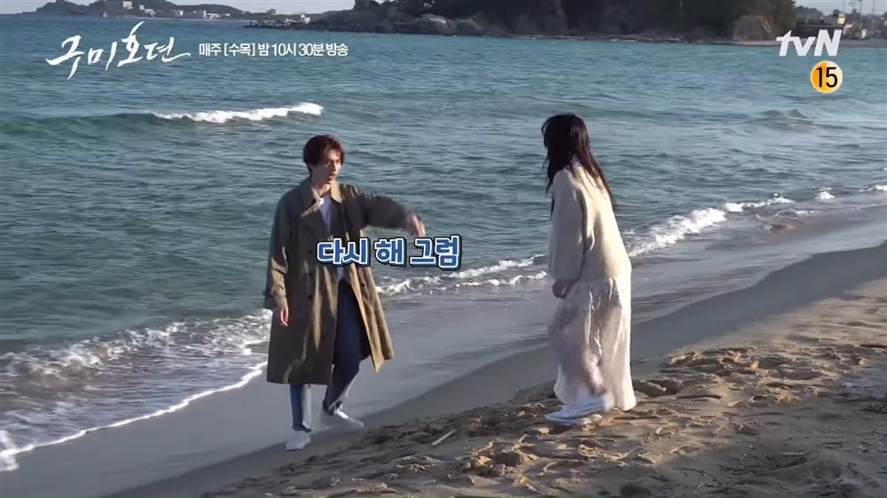 Sự thật hài hước đằng sau cảnh ôm tình tứ trên biển của Hồ ly Lee Dong Wook-6