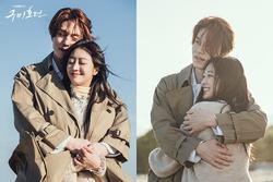 Sự thật hài hước đằng sau cảnh ôm tình tứ trên biển của 'Hồ ly' Lee Dong Wook