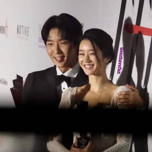 Seo Ye Ji tình tứ bên Lee Jun Ki, Kim Soo Hyun lẻ bóng trên thảm đỏ-2