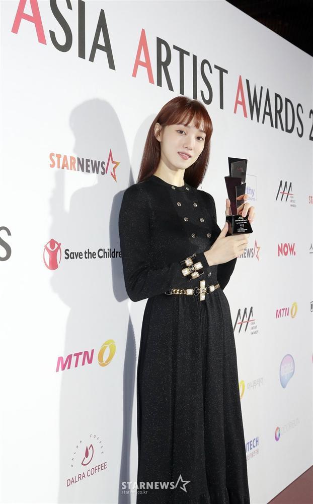 Seo Ye Ji tình tứ bên Lee Jun Ki, Kim Soo Hyun lẻ bóng trên thảm đỏ-11