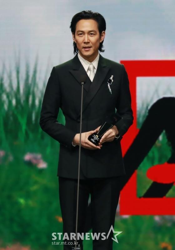 Seo Ye Ji tình tứ bên Lee Jun Ki, Kim Soo Hyun lẻ bóng trên thảm đỏ-12