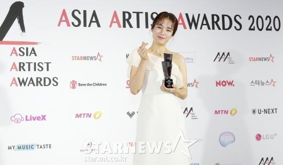 Seo Ye Ji tình tứ bên Lee Jun Ki, Kim Soo Hyun lẻ bóng trên thảm đỏ-14