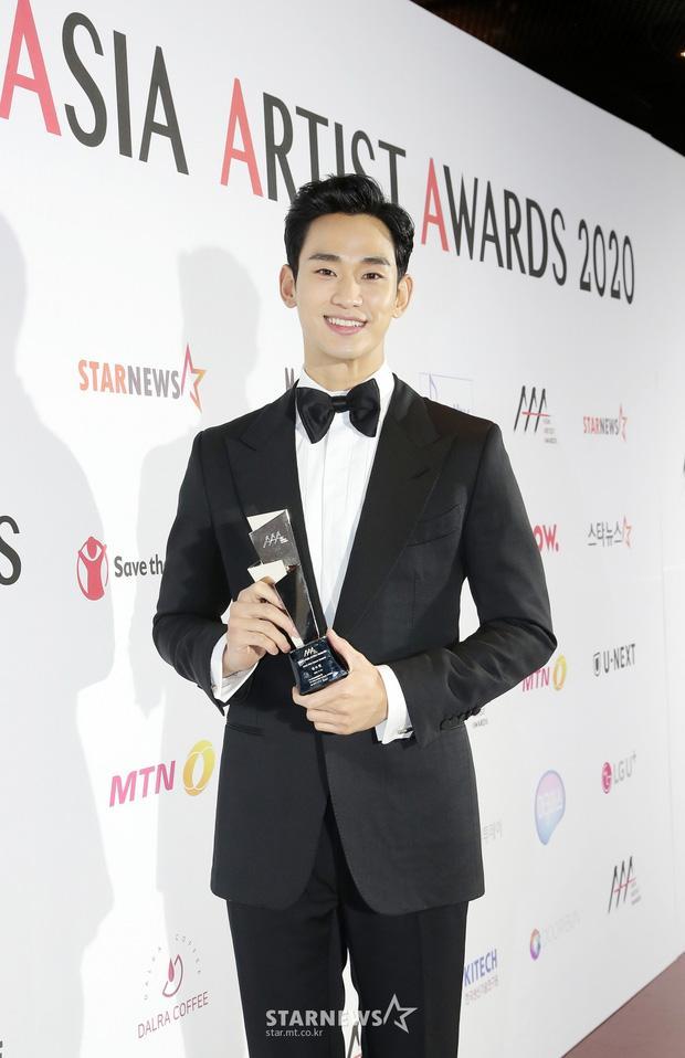 Seo Ye Ji tình tứ bên Lee Jun Ki, Kim Soo Hyun lẻ bóng trên thảm đỏ-6
