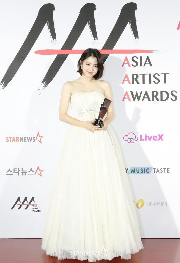 Seo Ye Ji tình tứ bên Lee Jun Ki, Kim Soo Hyun lẻ bóng trên thảm đỏ-7