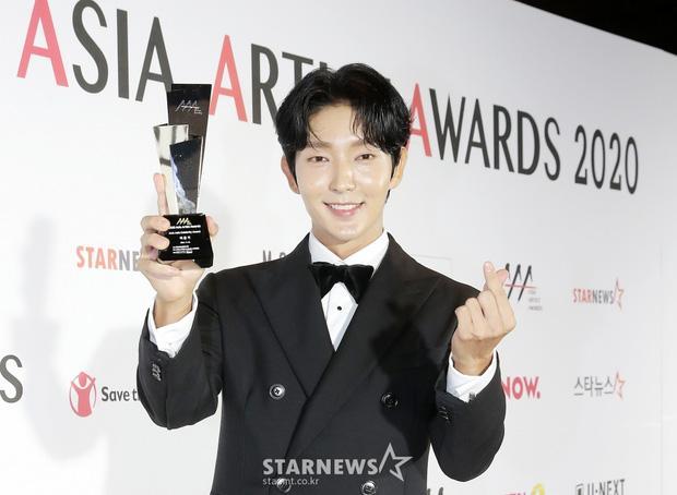 Seo Ye Ji tình tứ bên Lee Jun Ki, Kim Soo Hyun lẻ bóng trên thảm đỏ-3